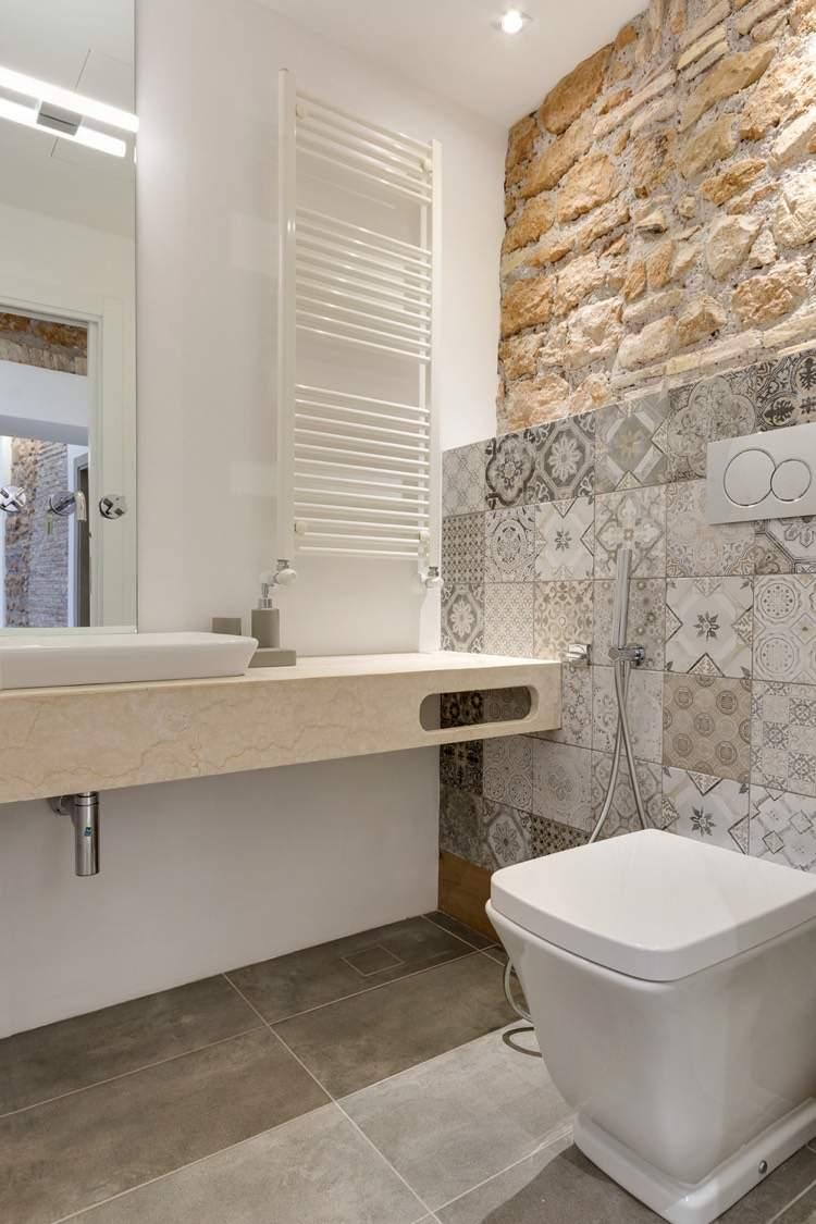 Отделка стен декоративным камнем в туалете