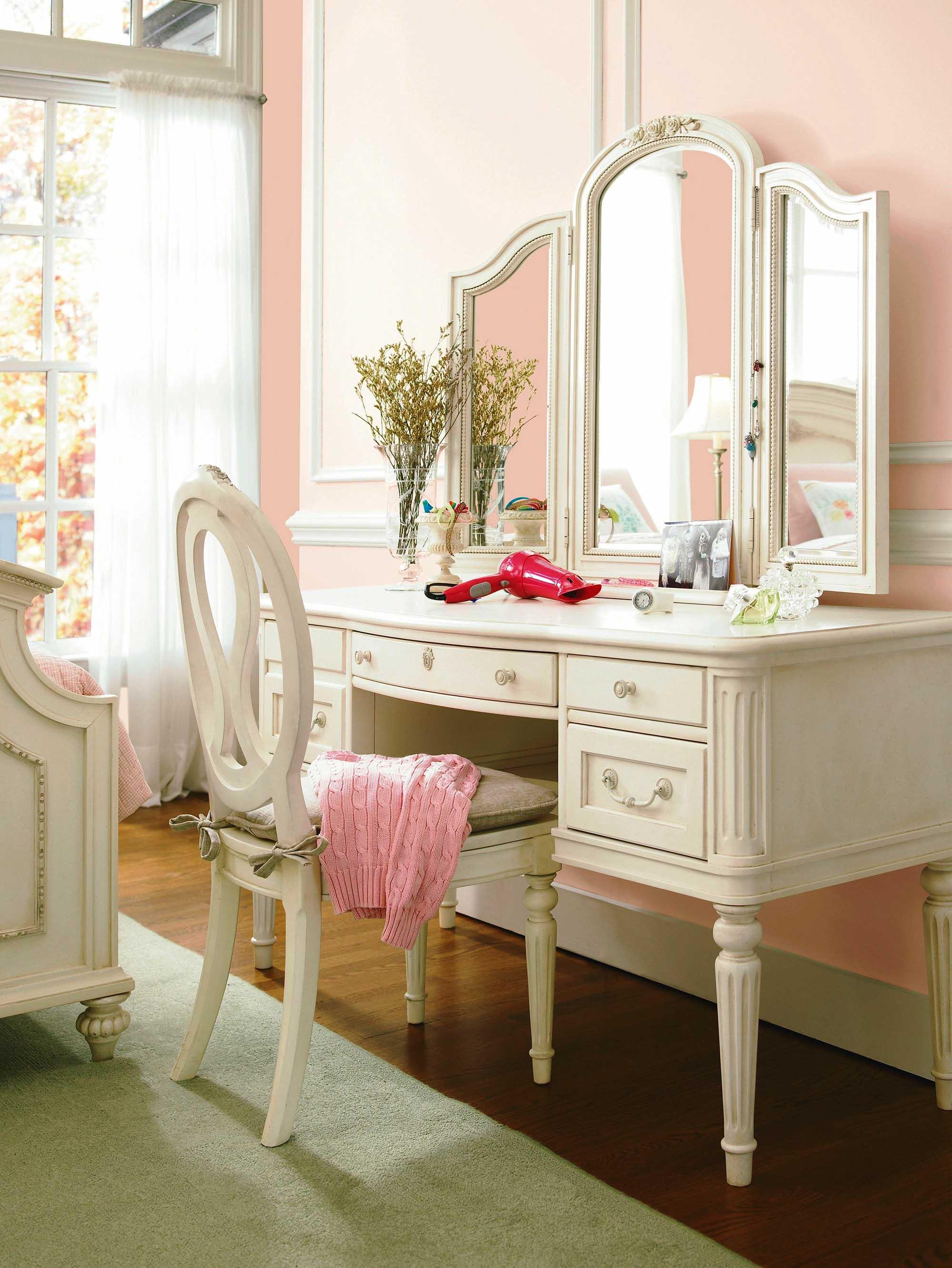 Кремовый туалетный столик в небольшой спальне
