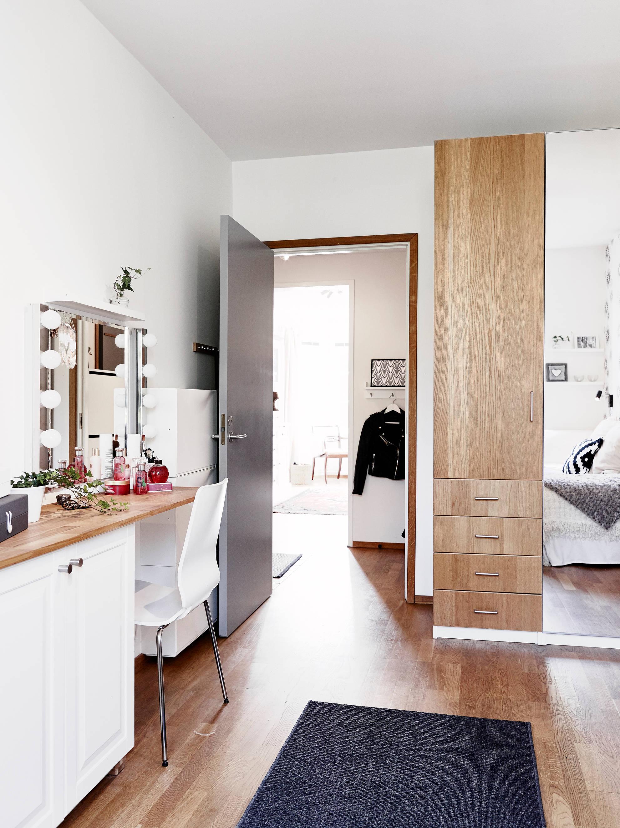 Практичный туалетный столик в спальне