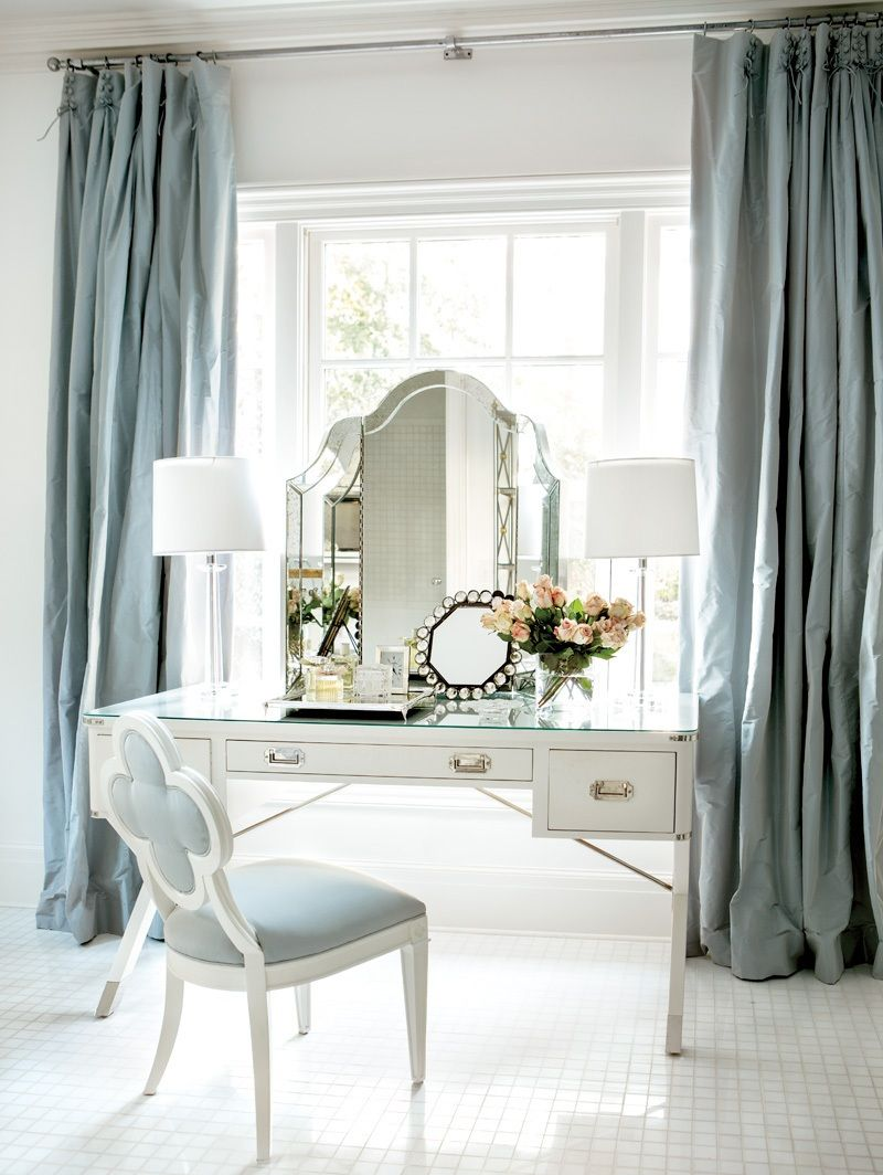 Красивый белый туалетный столик
