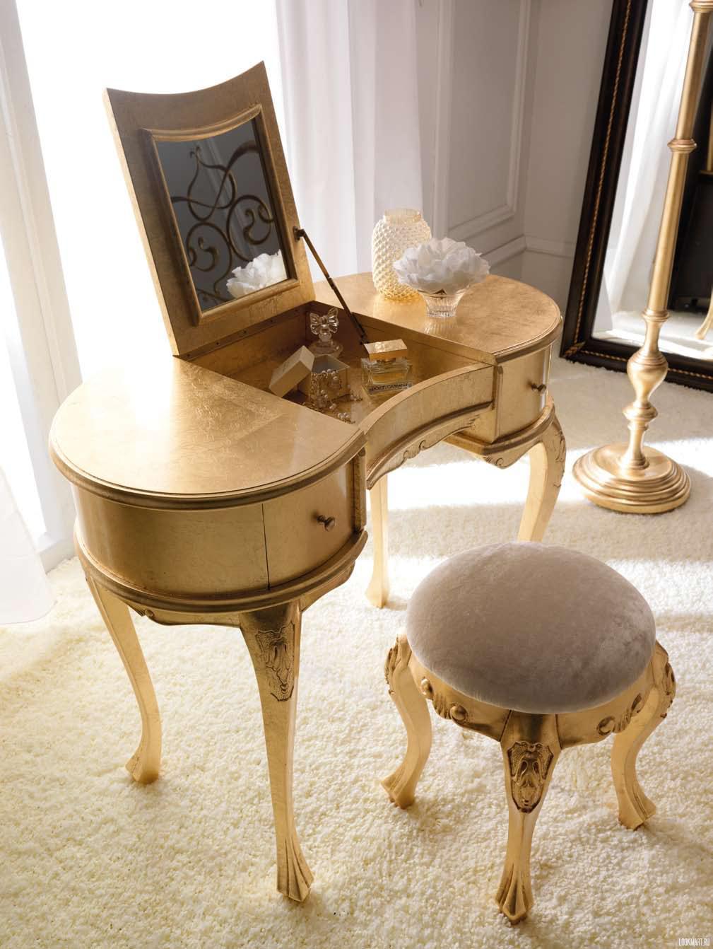 Золотистый туалетный столик с подъемным зеркалом