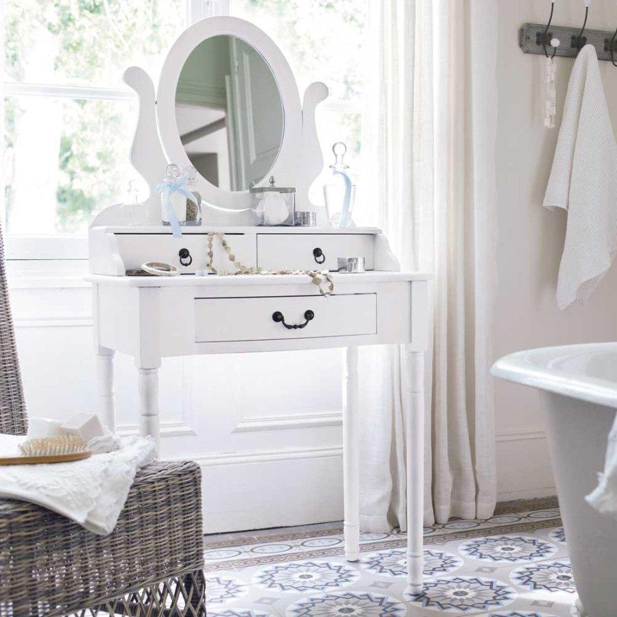Белый туалетный столик в светлой ванной комнате