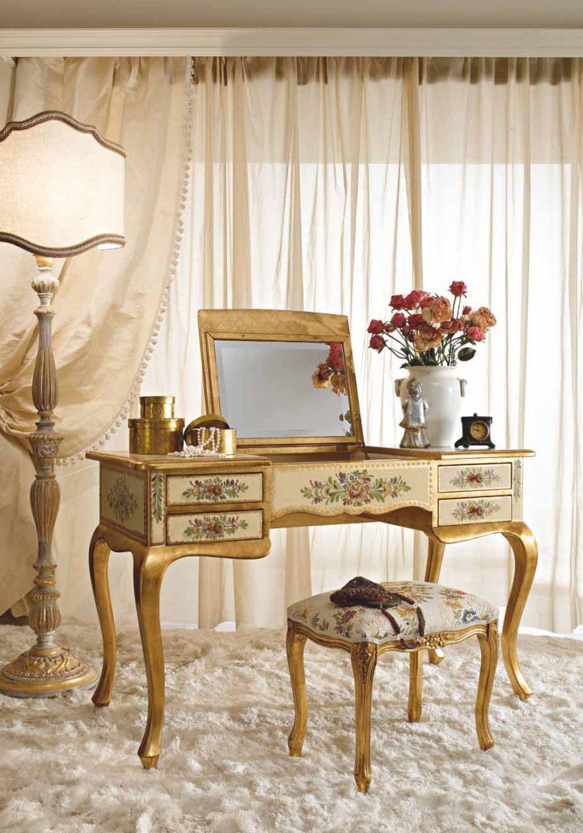 Туалетный столик с рисунками и подъемным зеркалом