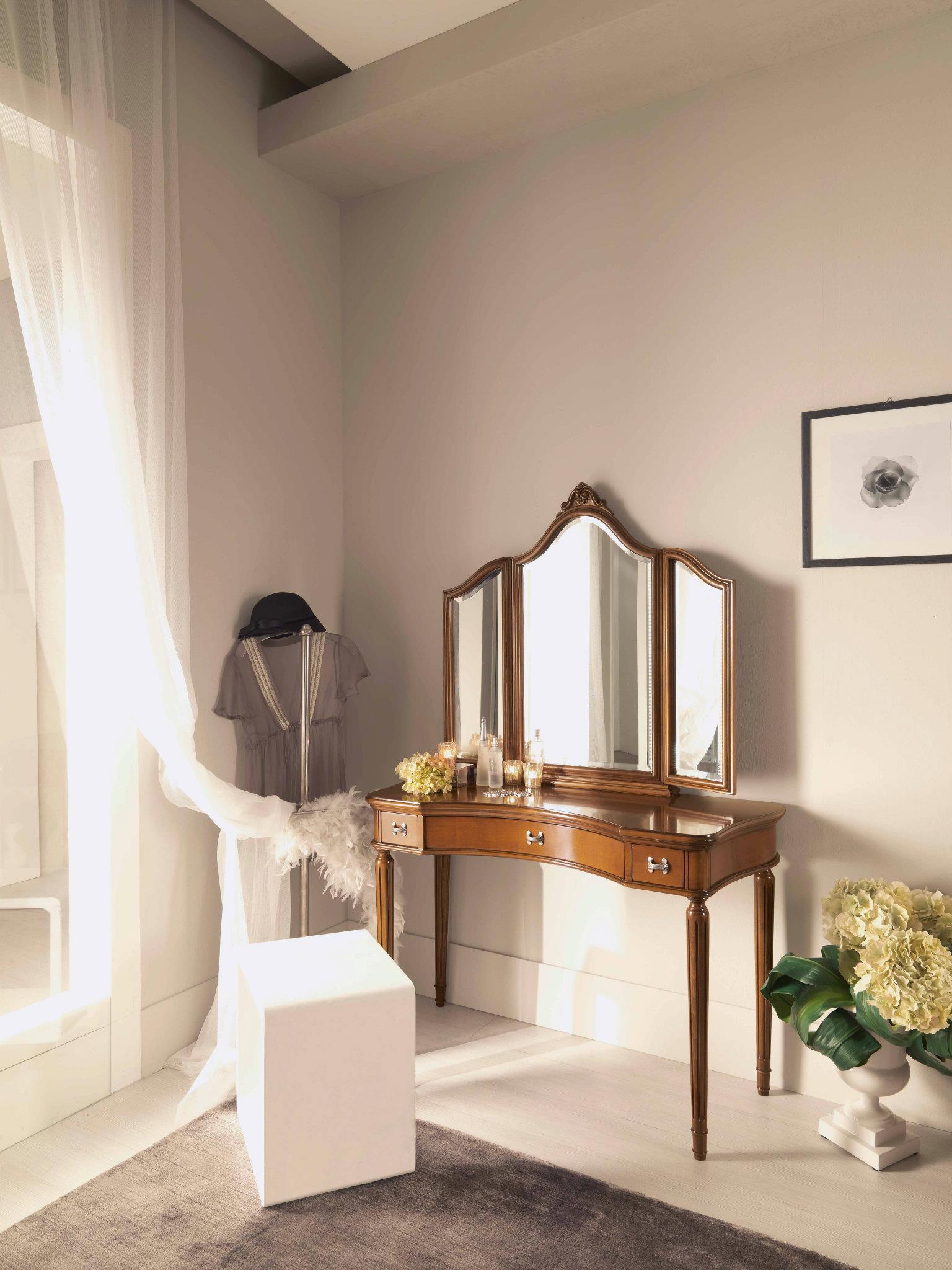 Деревянный туалетный столик в стиле неоклассика в небольшой спальне