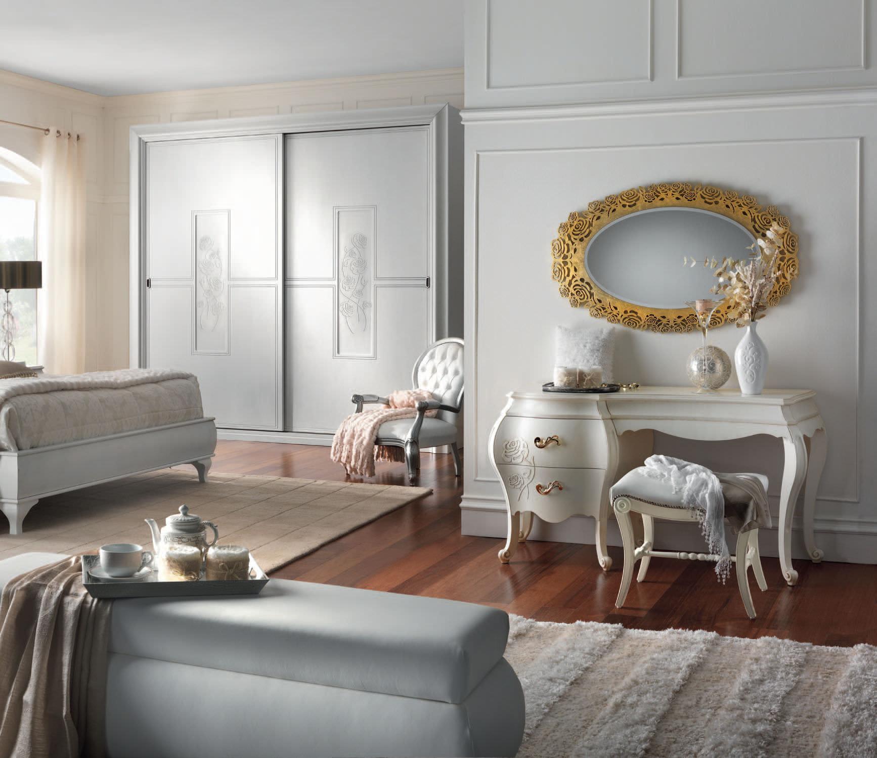 Белый туалетный столик в большой спальне