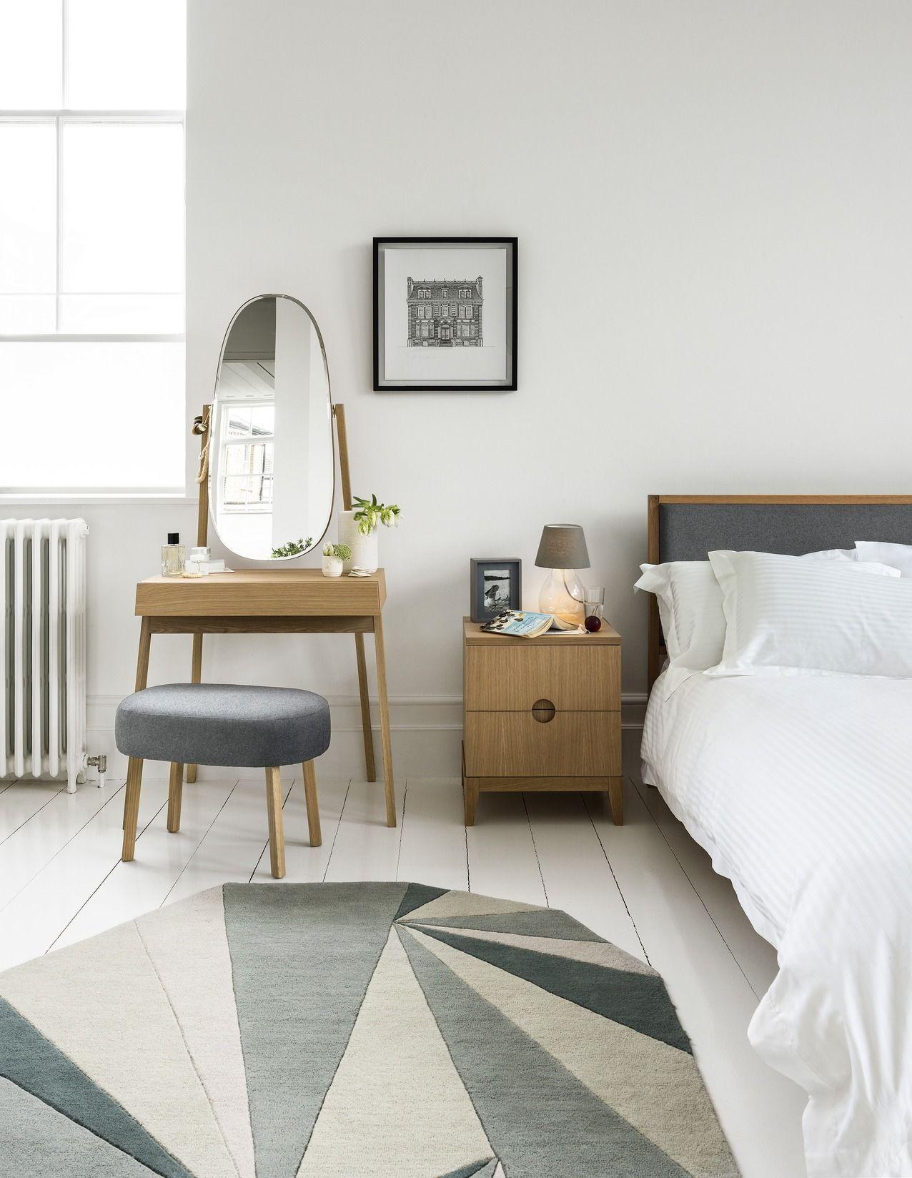 Простой туалетный столик в скандинавском интерьере спальни