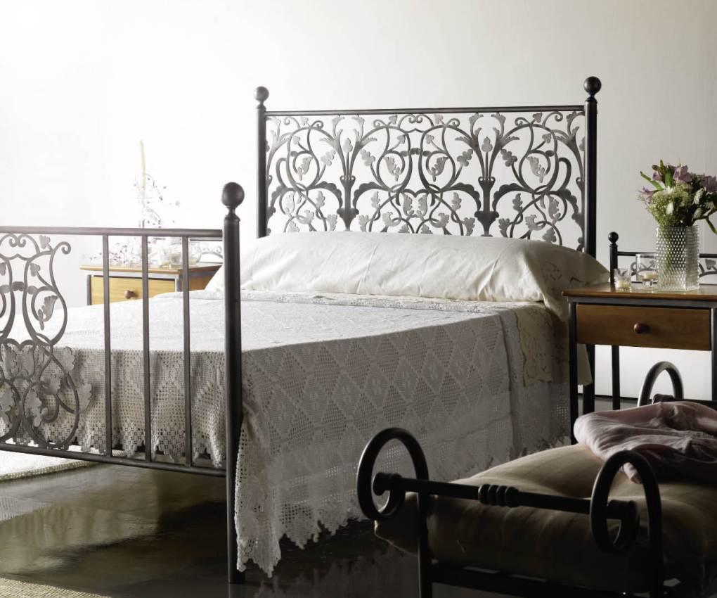 Кованая кровать с узором