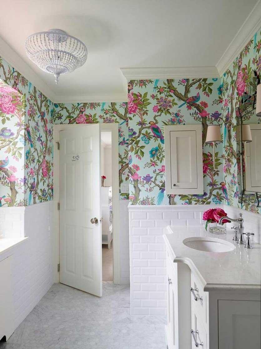 Цветочные обои в ванной