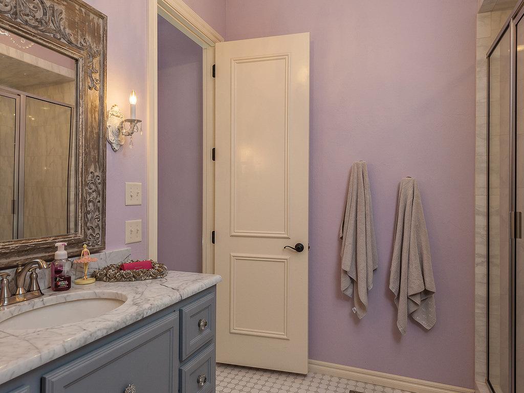Дверь в ванной тоже можно украсить декупажем