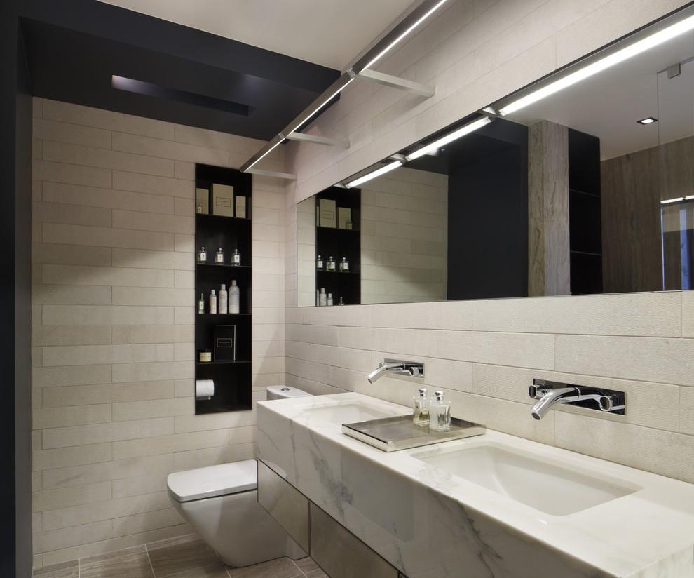 Кремово-черная ванная в стиле модерн