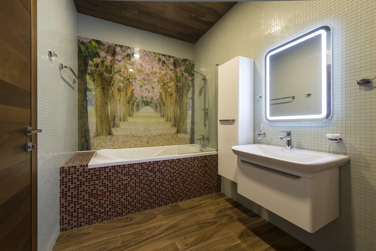 Фотопечать на плитке и подсветка зеркала в ванной в стиле модерн
