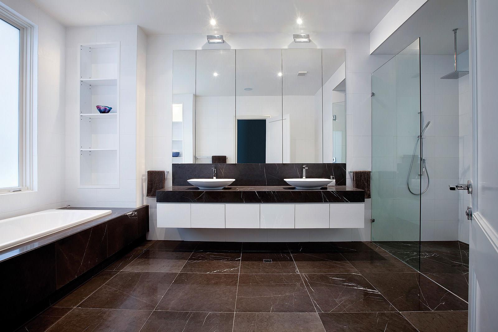 Большое окно в ванной в стиле модерн