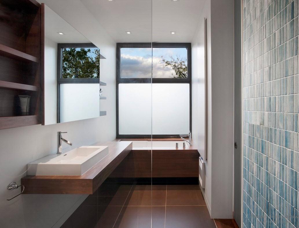 Матово-прозрачное окно в ванной в стиле модерн