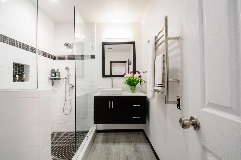 Черно-белая небольшая ванная в стиле модерн