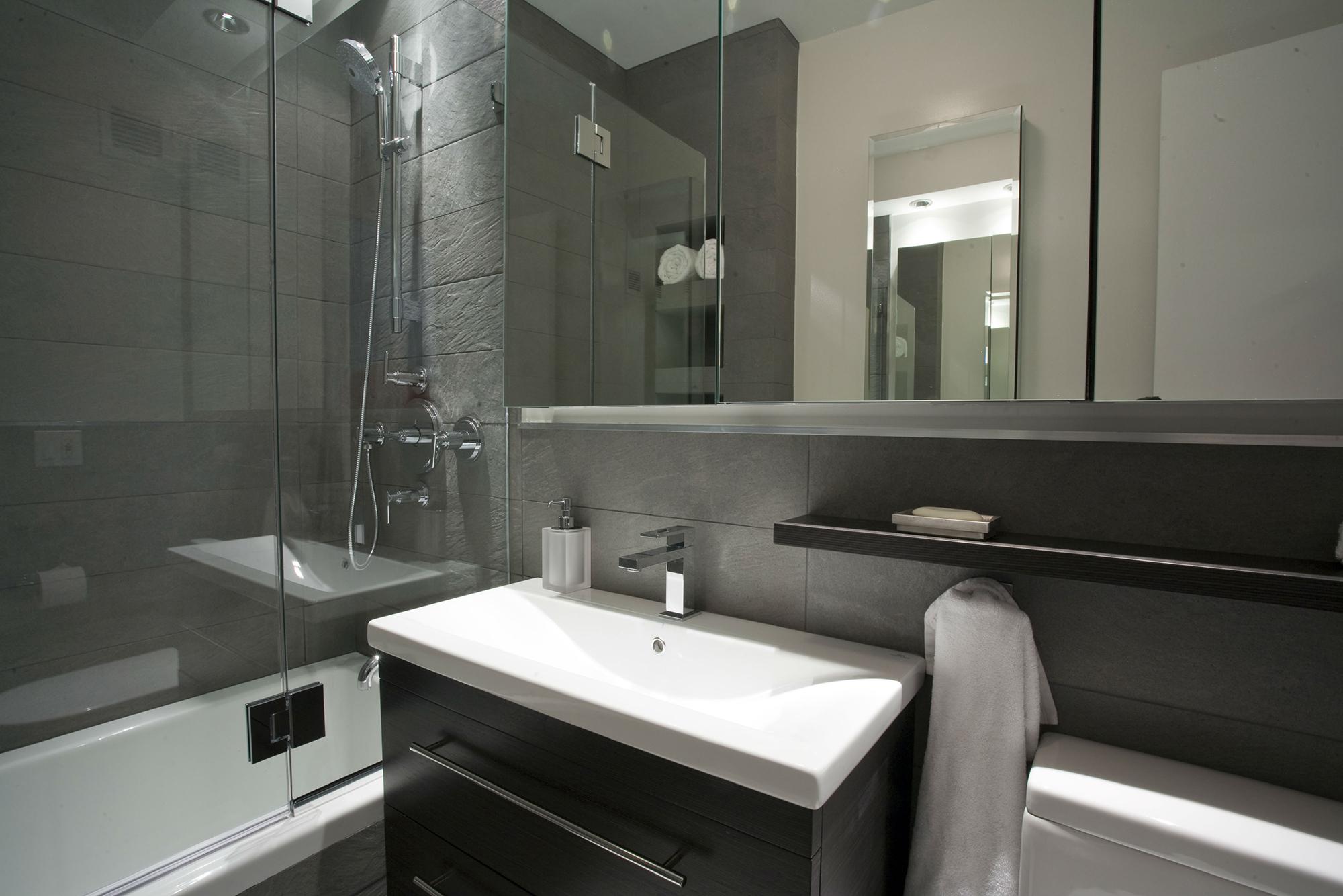 Прямоугольная раковина в ванной комнате в стиле модерн