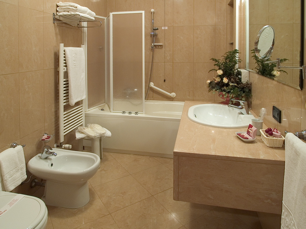 Гармоничное сочетание раковины, ванной и других предметов в интерьере