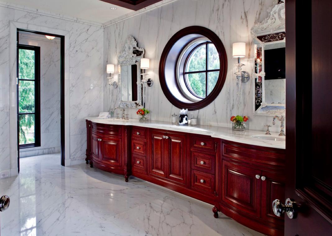 Белый мрамор и коричневая мебель в ванной комнате