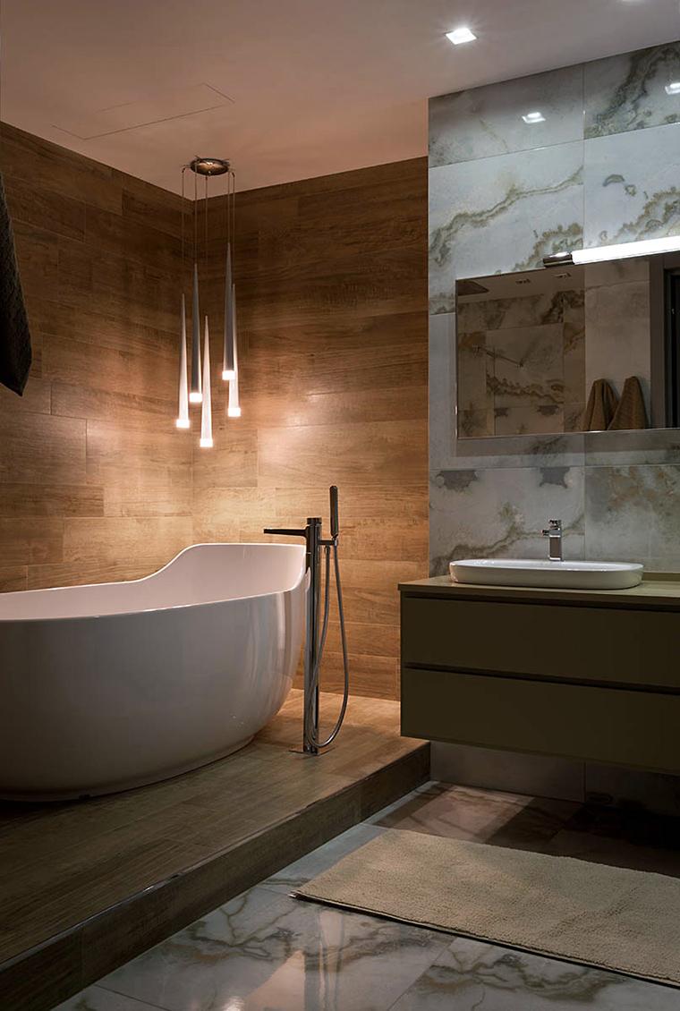Сочетание мрамора и дерева в отделке ванной комнаты
