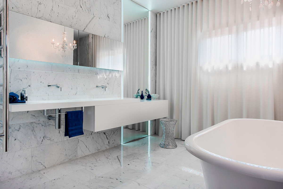 Белый мрамор на полу и стенах в ванной