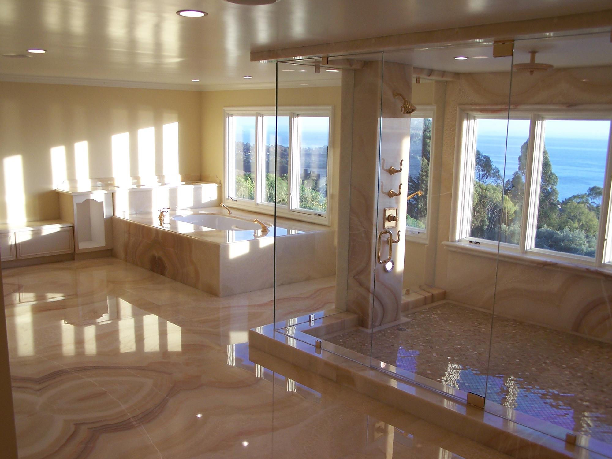 Мрамор кремового цвета в интерьере ванной комнаты