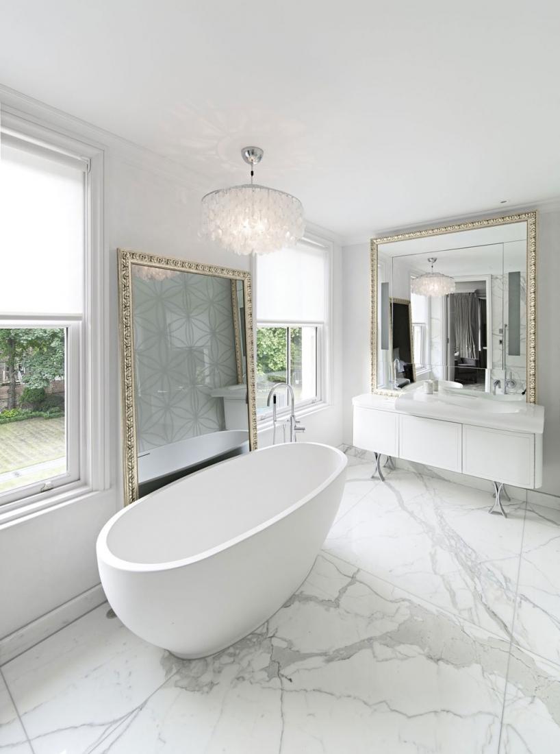 Светлая ванная с белым мрамором в отделке