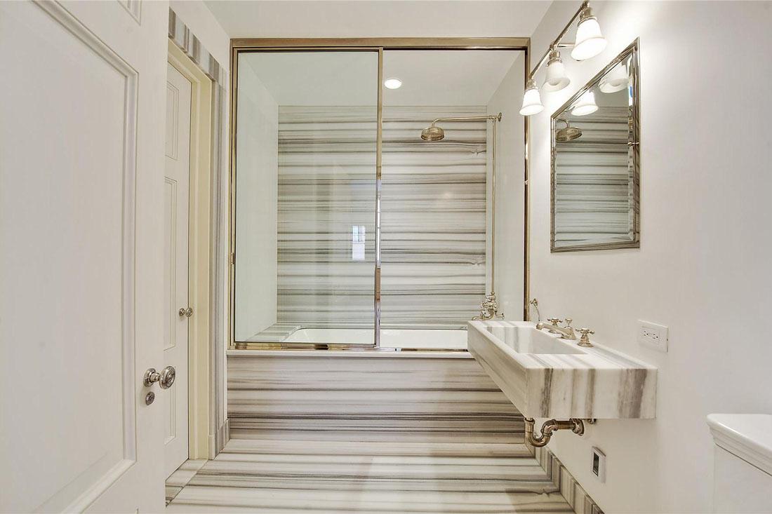 Полосатый мрамор в интерьере ванной