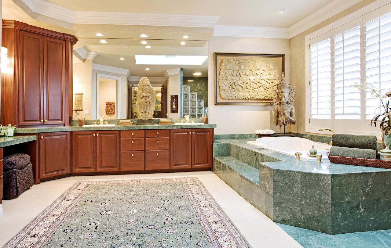 Светлая ванная комната с частичной отделкой зеленым мрамором