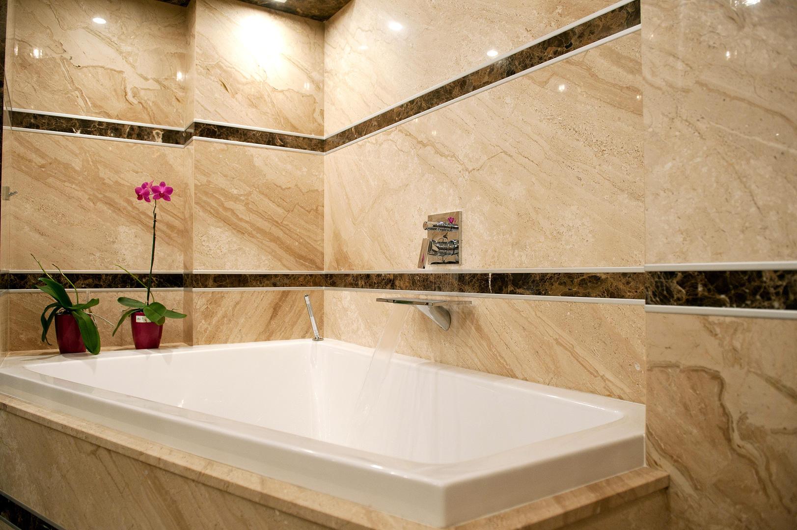 Ванная комната из светлого и темного мрамора