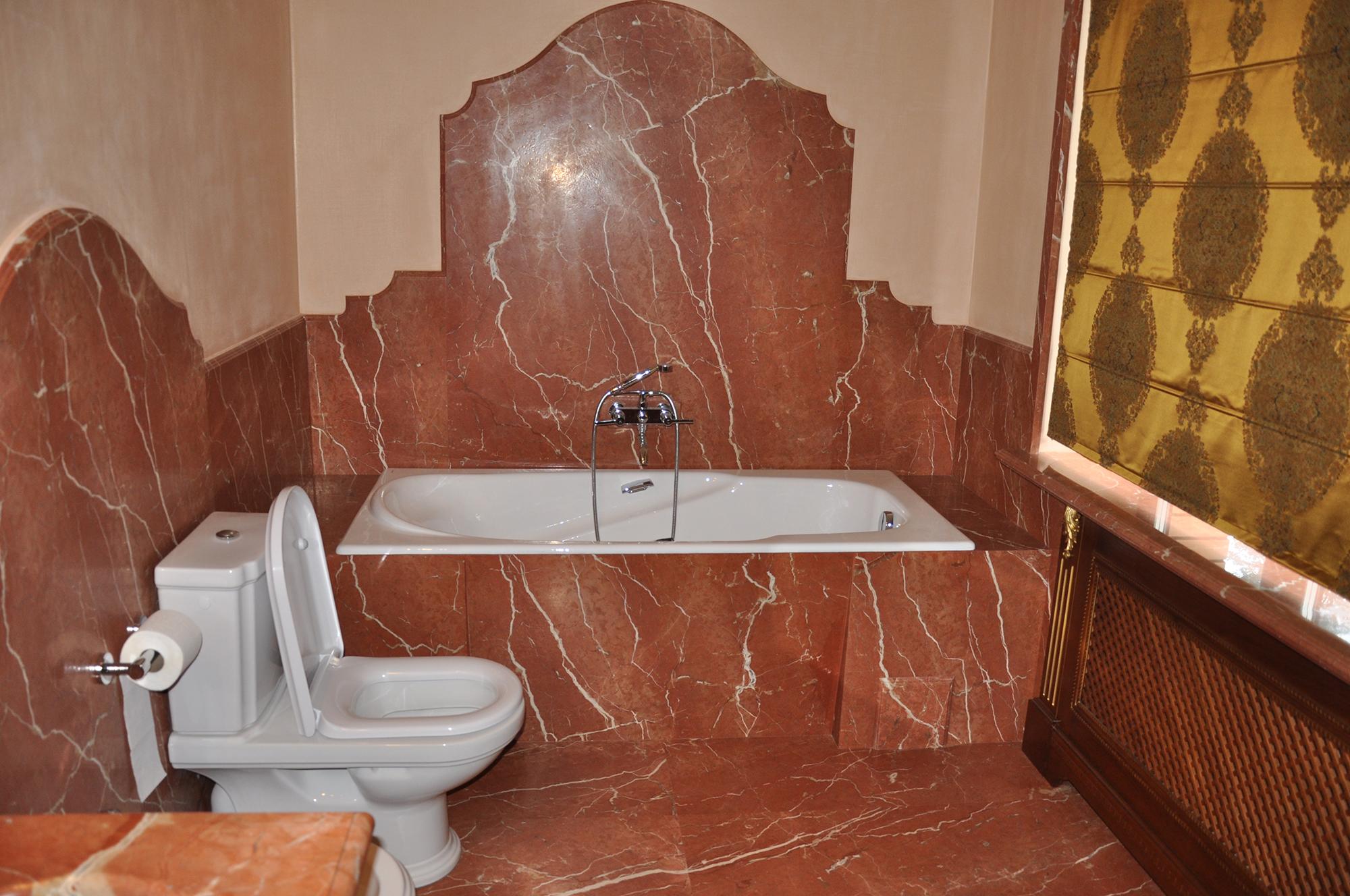 Красный мрамор в ванной