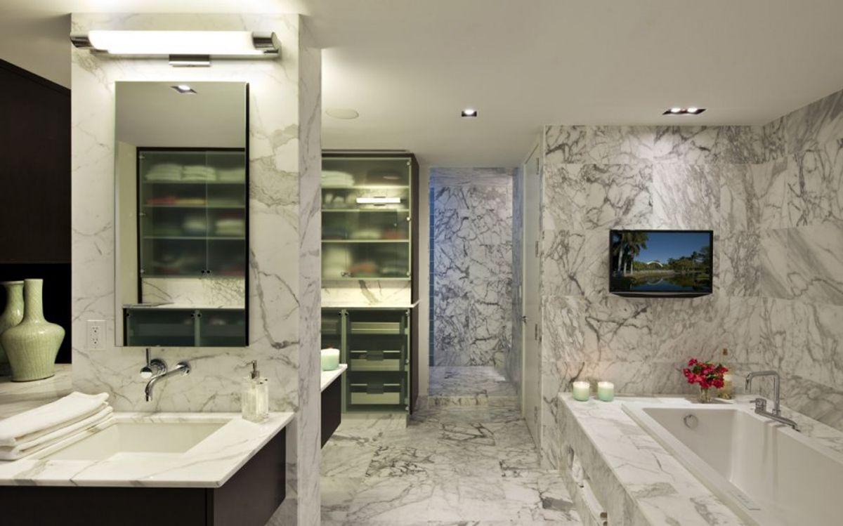 Мраморные стены и пол в интерьере ванной комнаты