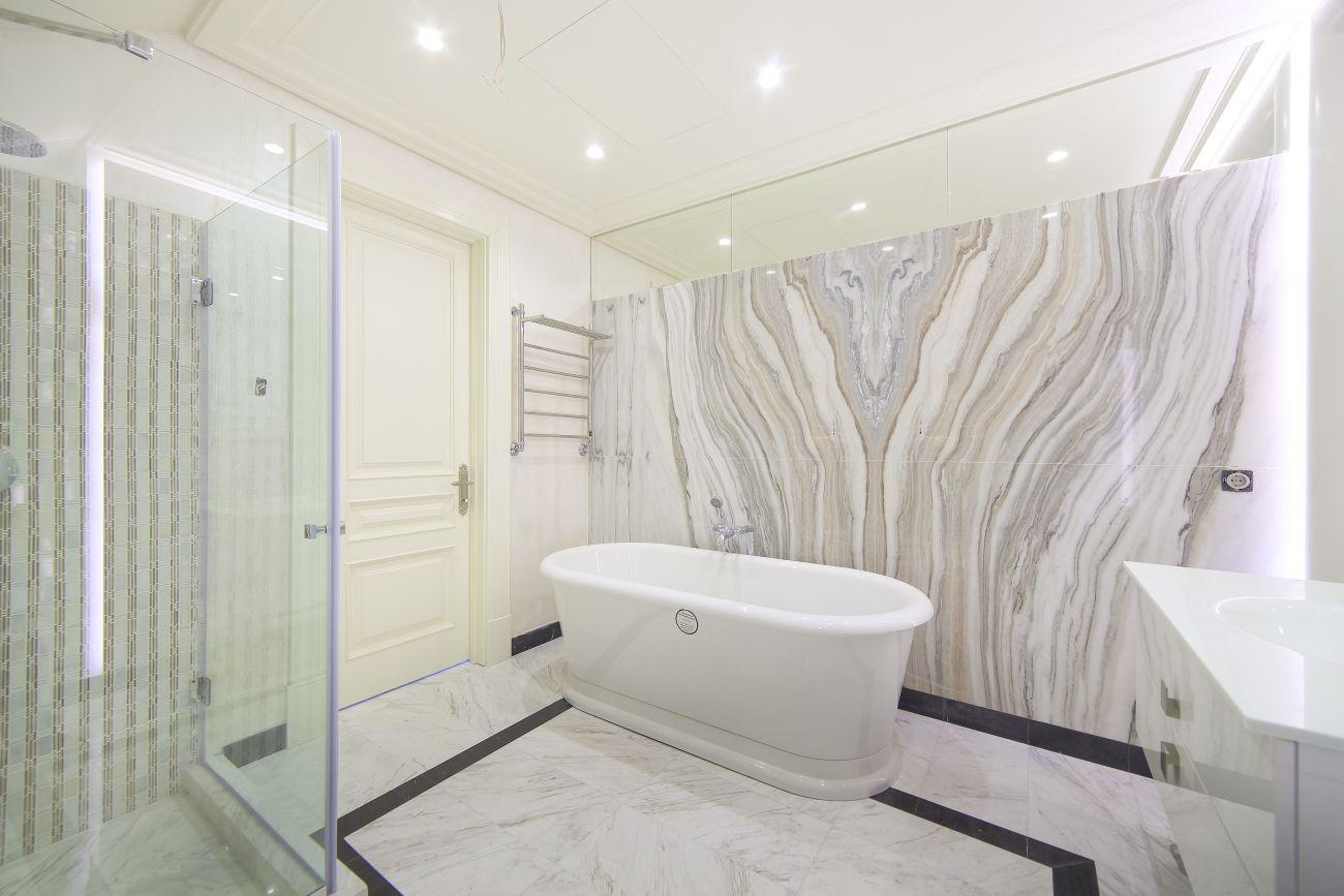 Мраморный пол и стена в ванной комнате