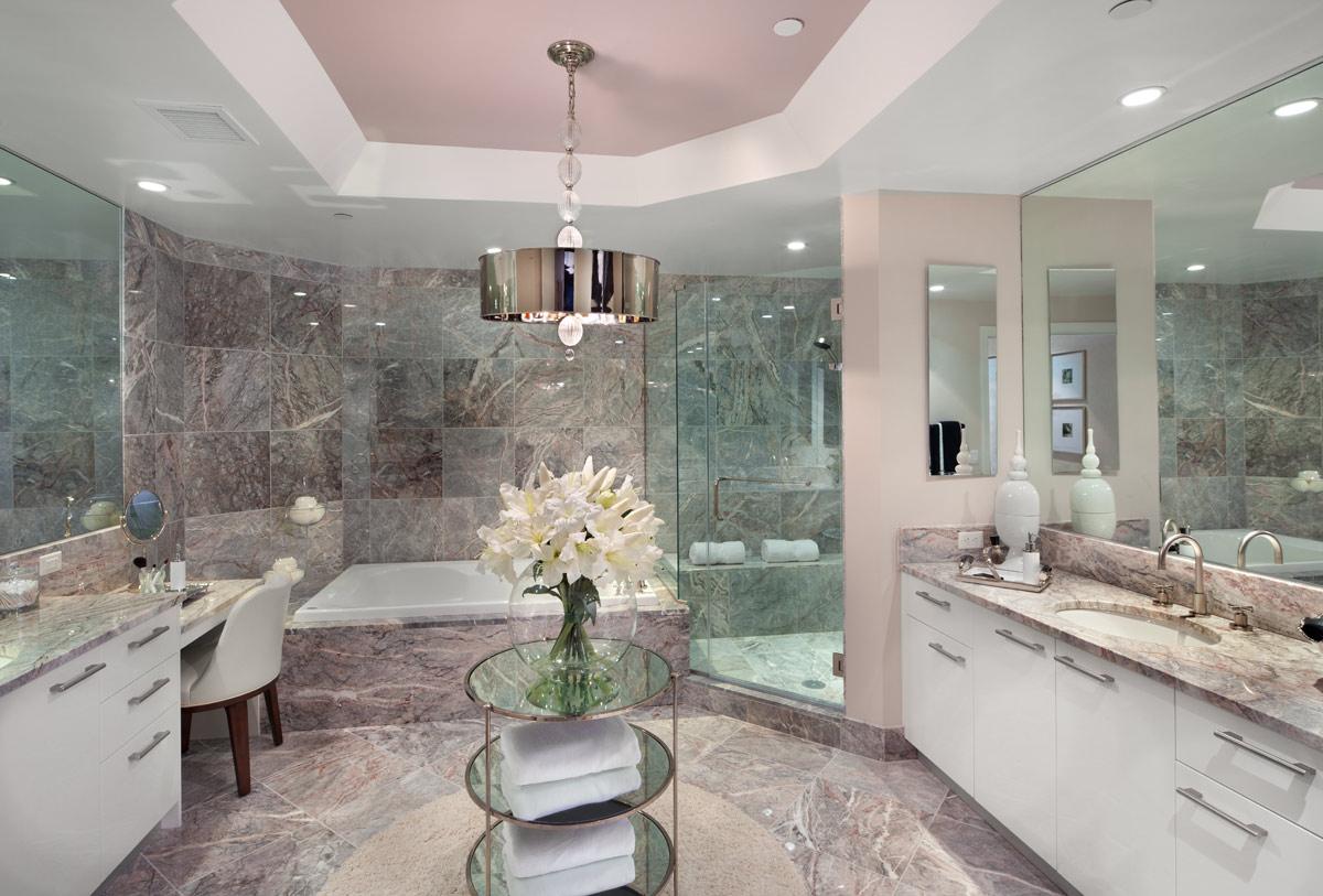 Мраморная серая плитка в ванной