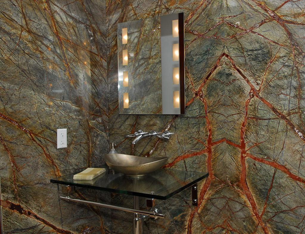 Необычный темный мрамор в ванной