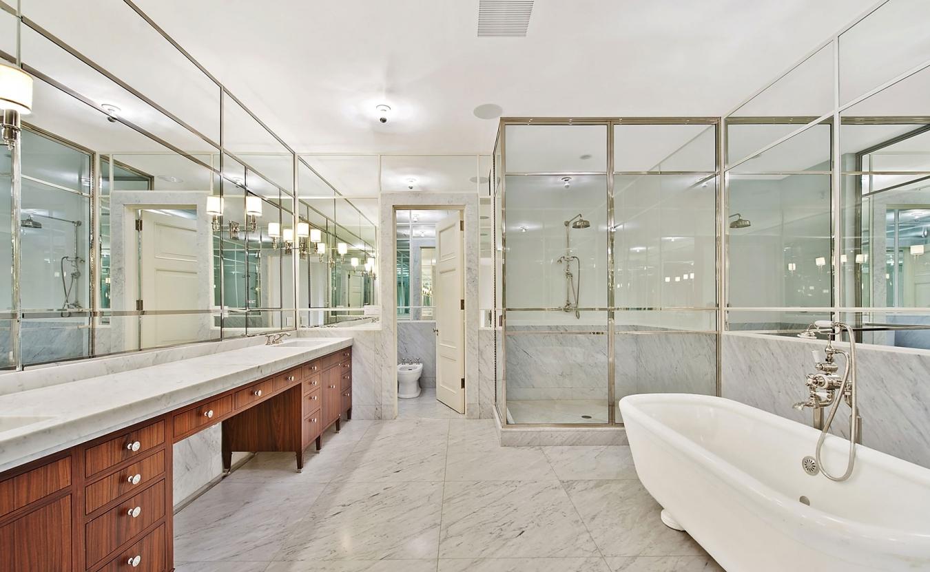 Мраморный пол в ванной с зеркальными стенами