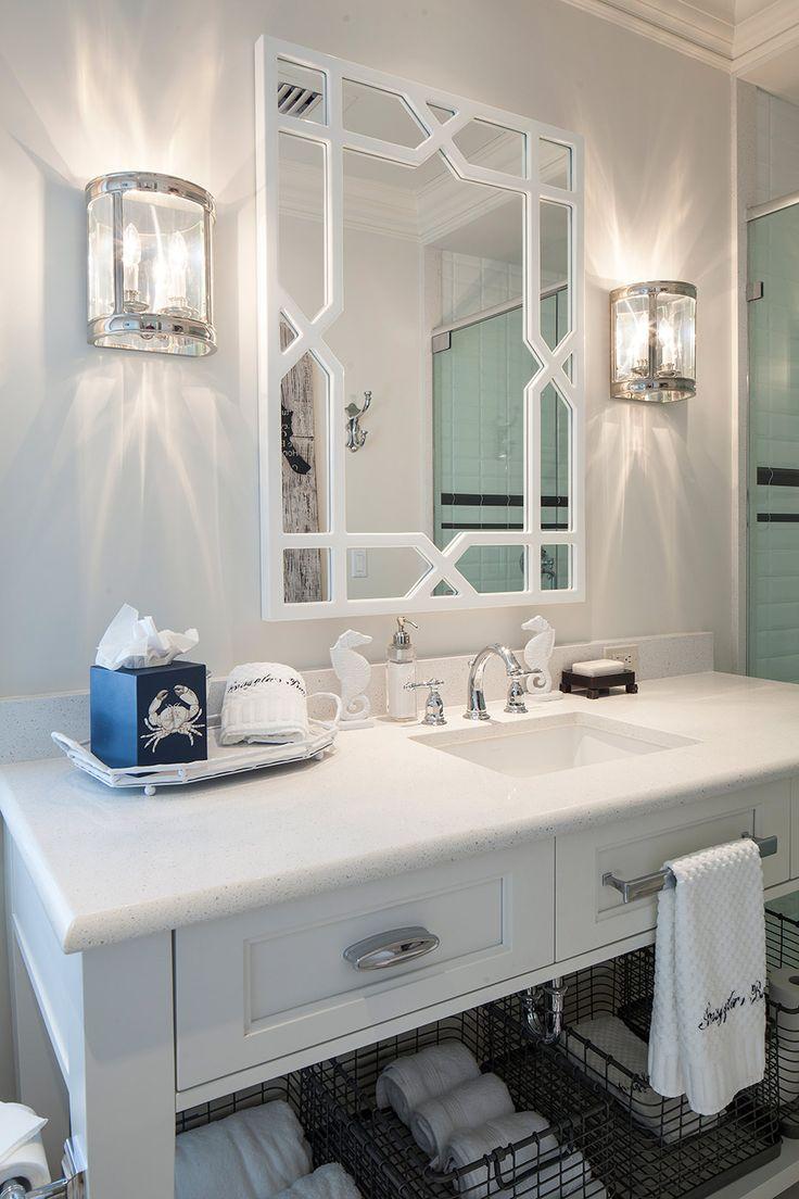 Яркие настенные лампы в небольшой ванной комнате