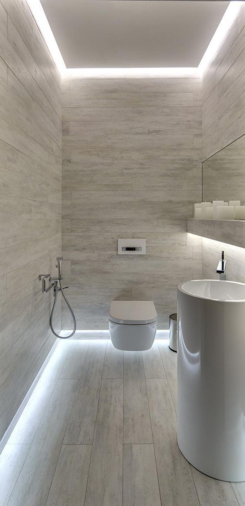 Яркое освещение по периметру пола и потолка в ванной
