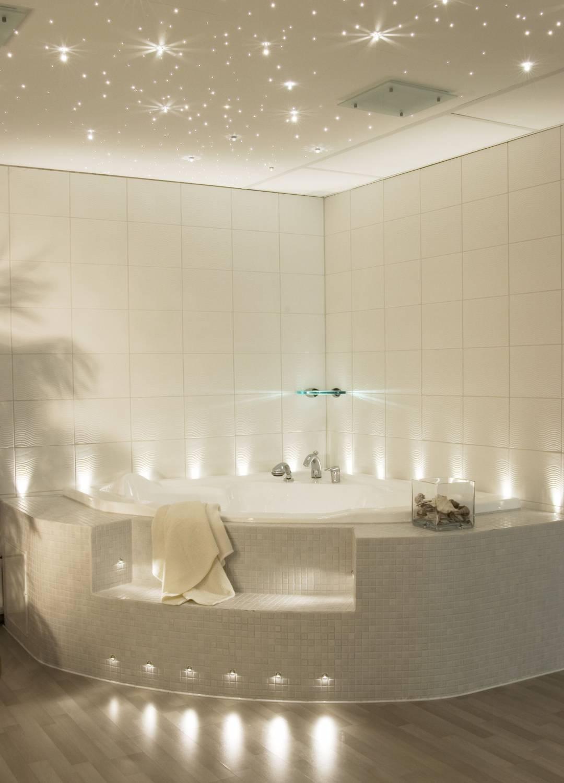 Красивая подсветка джакузи и потолка в ванной в стиле звездного неба