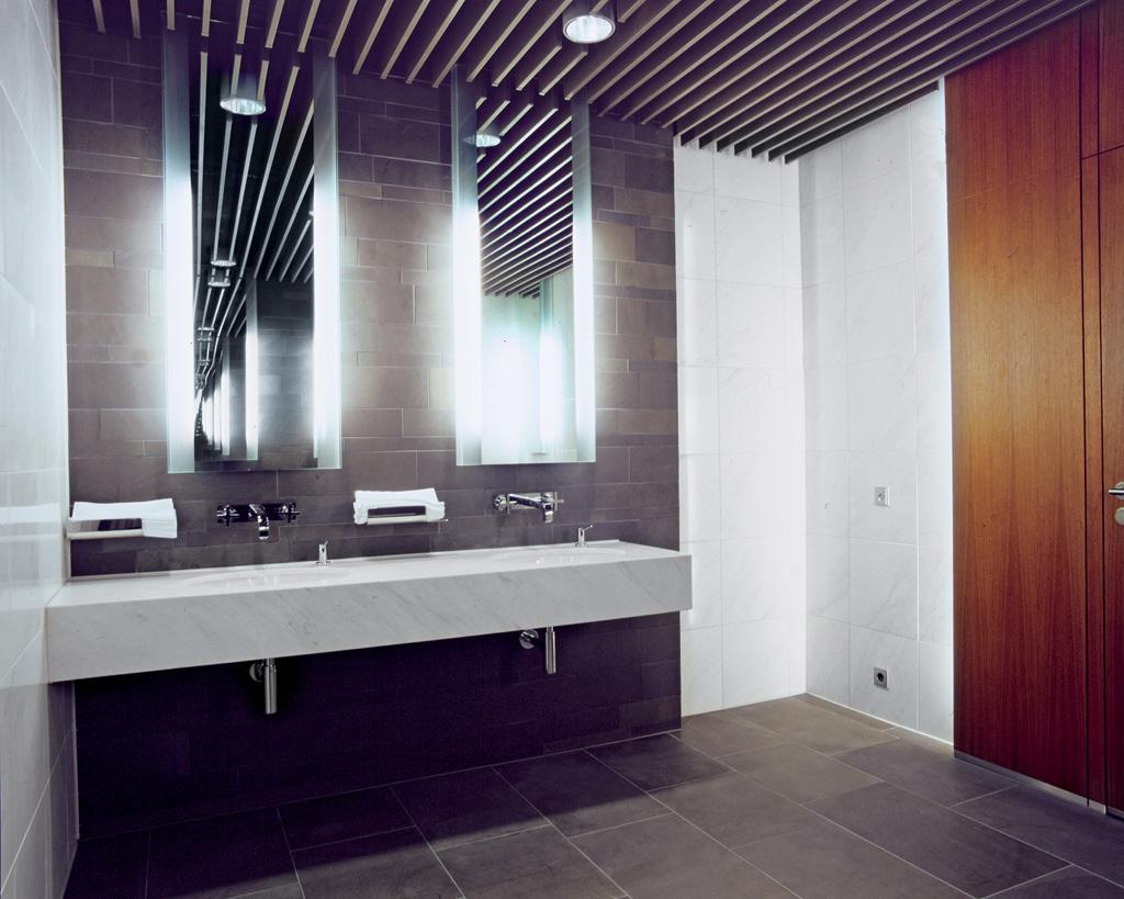 Встроенные лампы в реечный потолок в ванной