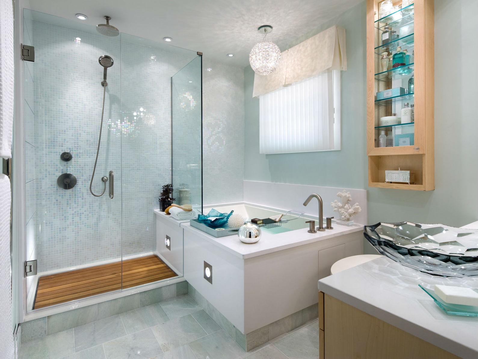 Круглая люстра и встроенное освещение в ванной