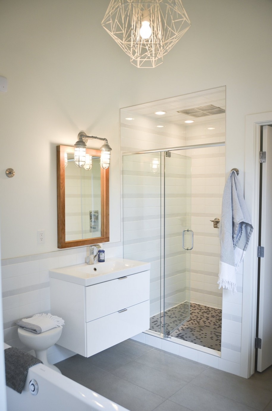 Необычная люстра и настенный светильник в ванной комнате
