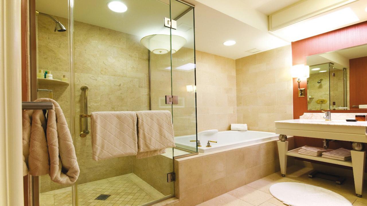 Светильники в душе и ванной, а также настенная лампа около умывальника