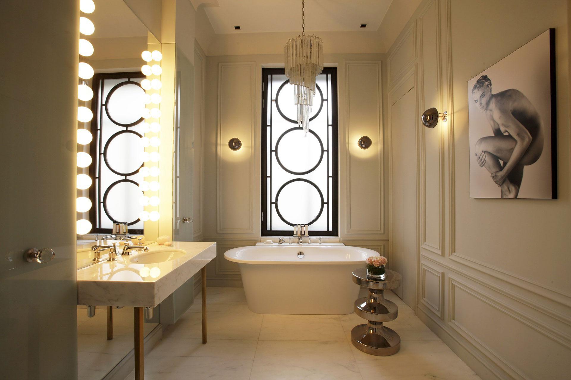 Мягкое вечернее освещение в ванной комнате
