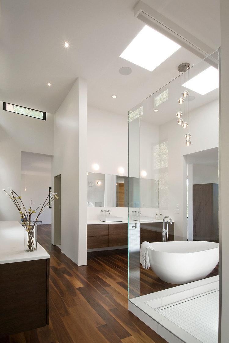 Разнотипные виды ламп в большой ванной комнате