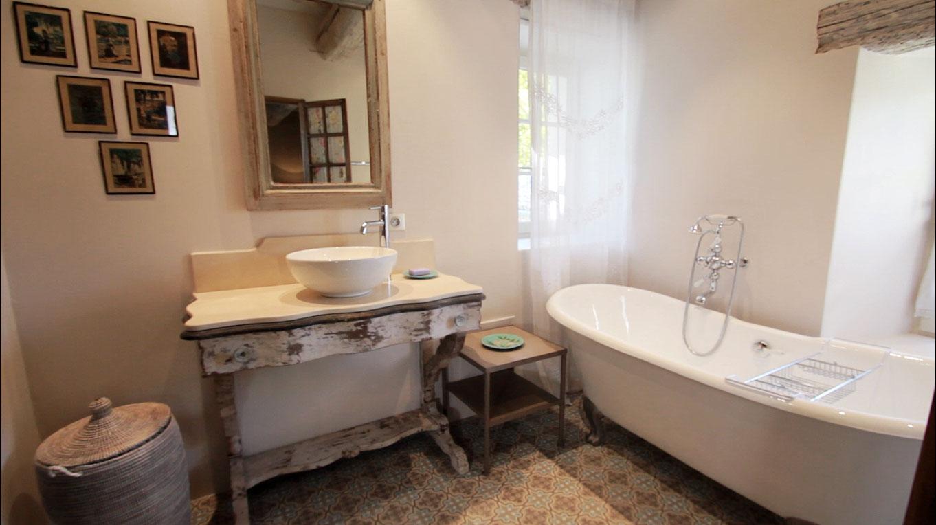 Ванная комната в стиле прованс с деревянным декором
