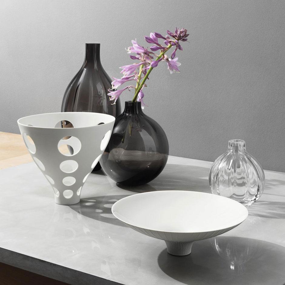 Белые, черные и прозрачная ваза хорошо сочетаются в интерьере