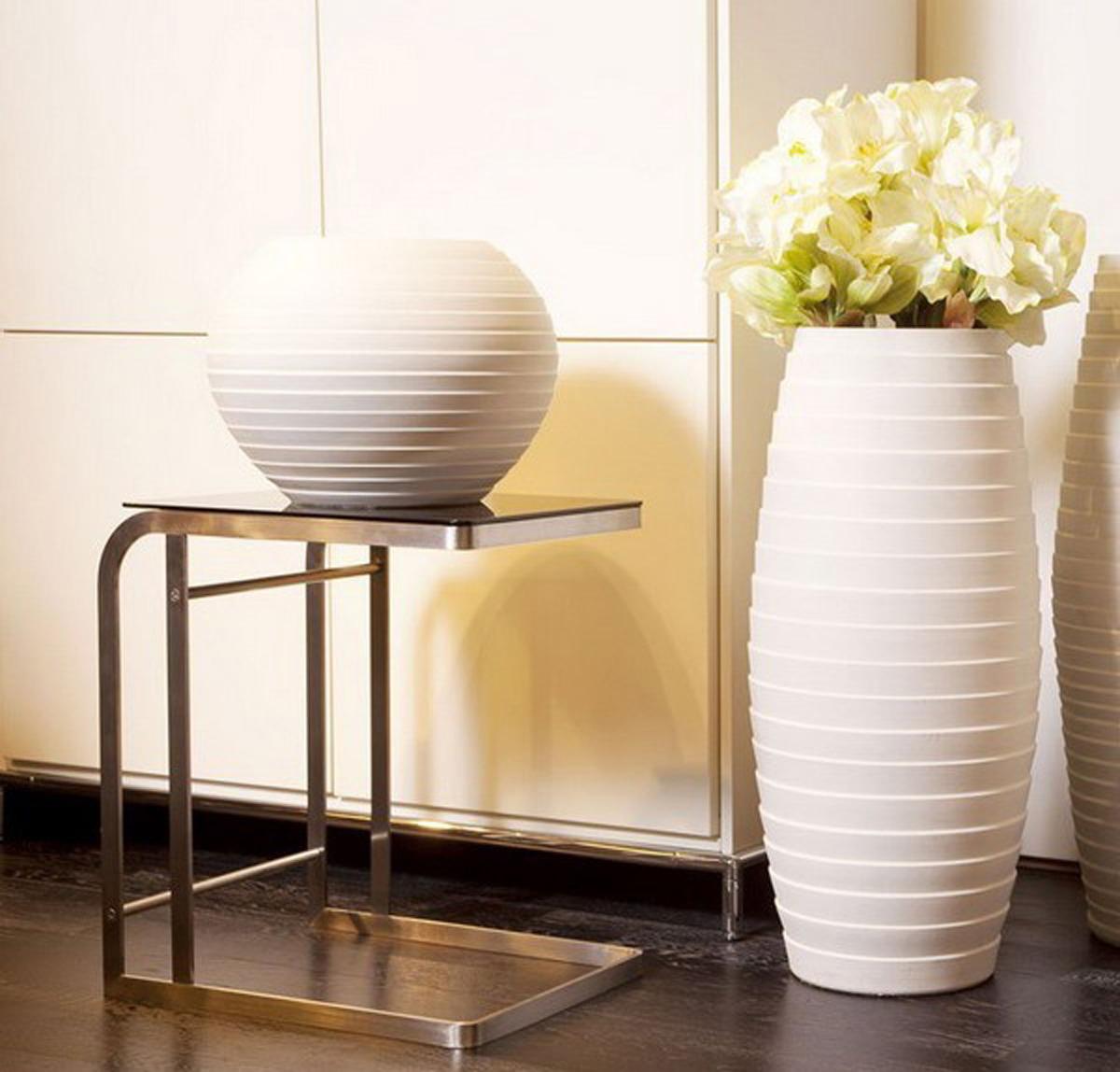 Белые вазы в комнате