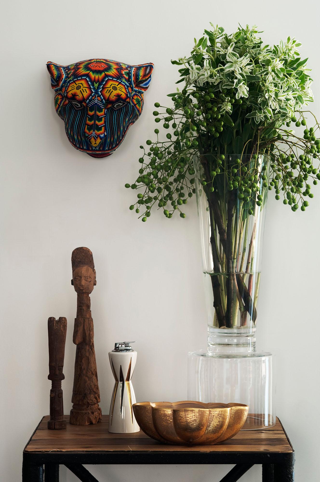 Высокая стеклянная ваза в интерьере