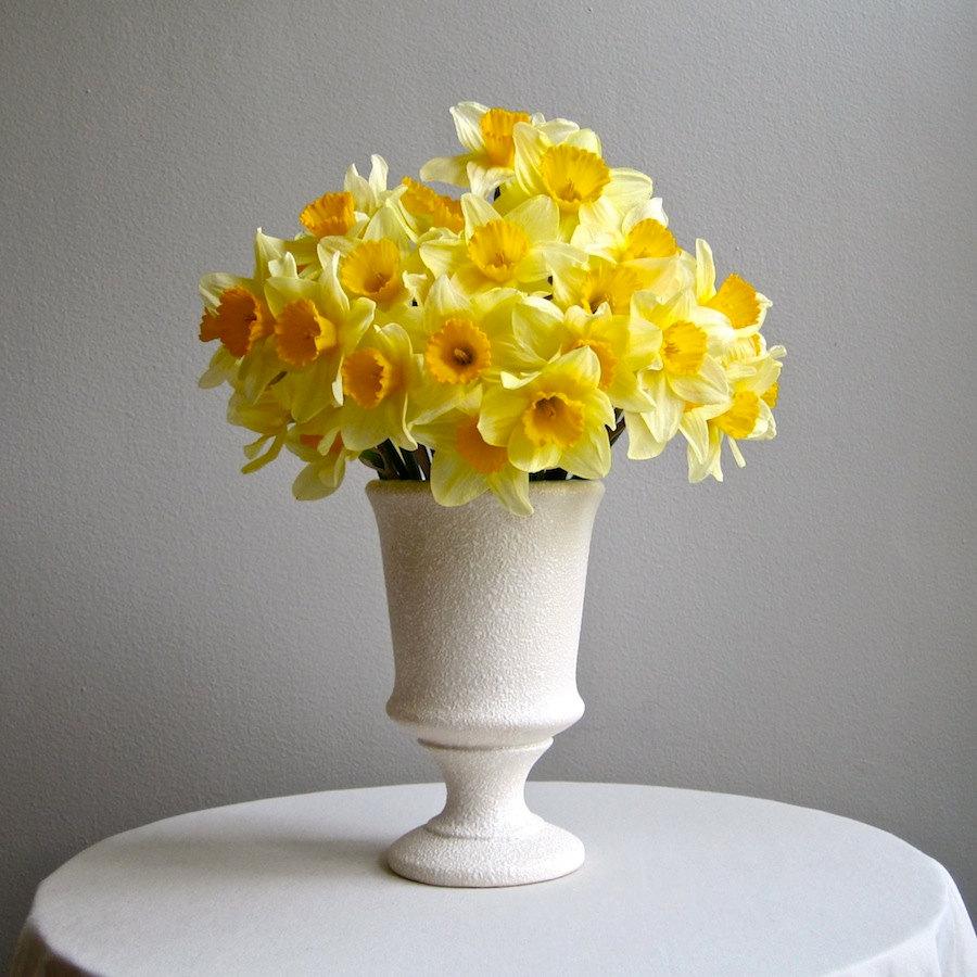 Белая настольная ваза с цветами