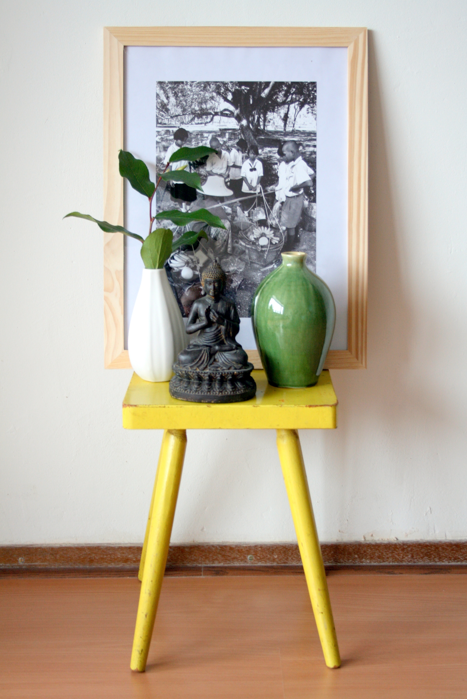 Белая и зеленая вазы в интерьере