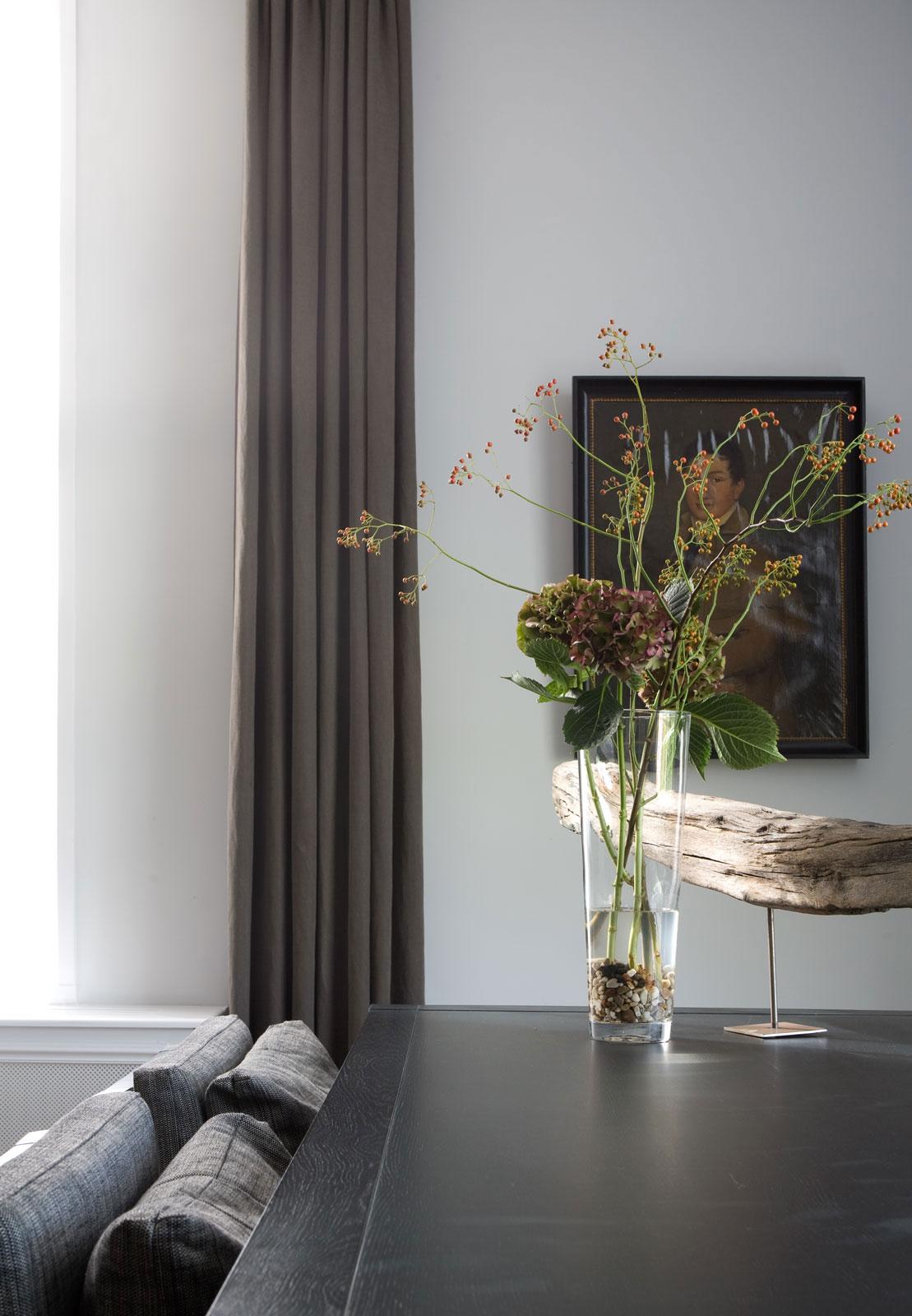 Высокая стеклянная ваза с камешками